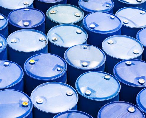 Blauwe kunststof vaten